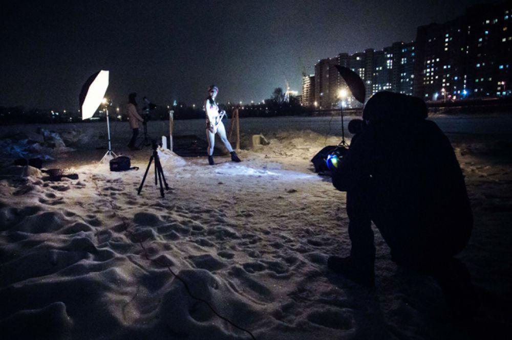 Спорный вопрос, кто больше мёрз во время фотосессии: полураздетые модели, которые в перерывах между съёмками грелись в бане, или фотографы в куртках, не покидающие съёмочную площадку.