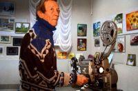 Режиссёр созданной в 90-е годы народной киностудии «Коряжма» Геннадий Червочкин - один из тех, кто сейчас помогает разбирать архивы. Старые плёнки смотрят на аппарате 70-х годов «Украина» - он до сих пор в строю!