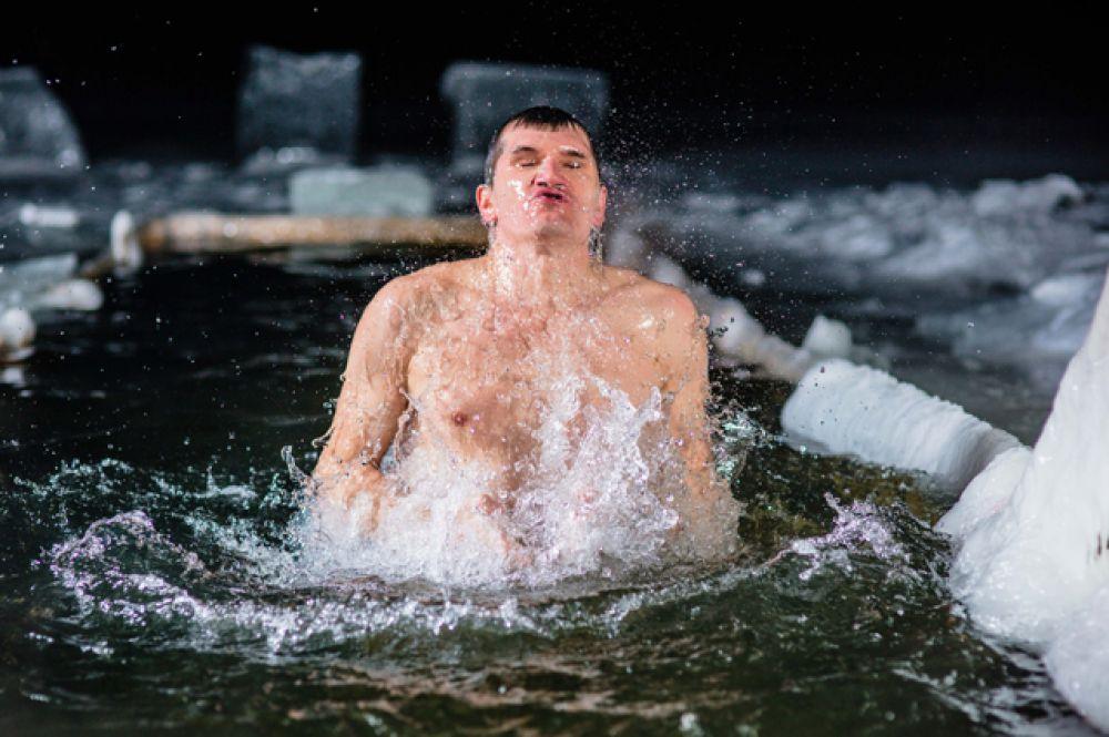 При купании в проруби вырабатывается адреналин, который запускает внутреннюю «печку»организма —первые минуты после проруби даже не хочется одеваться.