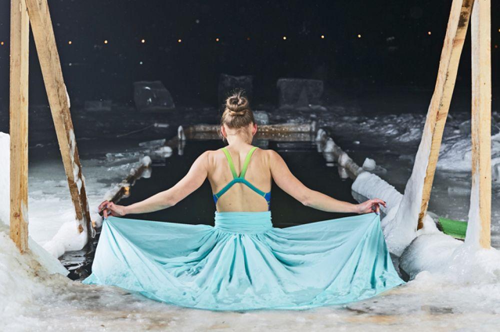 Королева Эльза из мультфильма «Холодное сердце» оценила новосибирскую прорубь и осталась довольна.