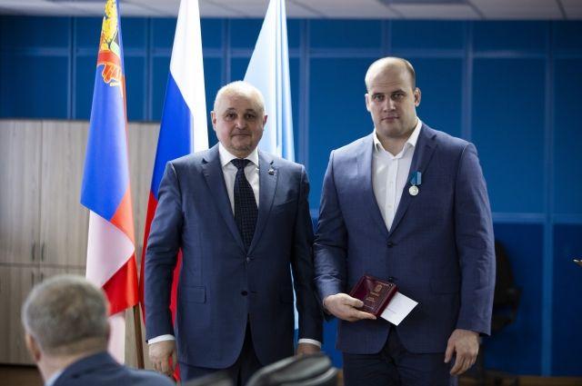 Знаки отличия и медали получили спортсмены, отличившиеся на российских и международных соревнованиях, а также их тренеры.