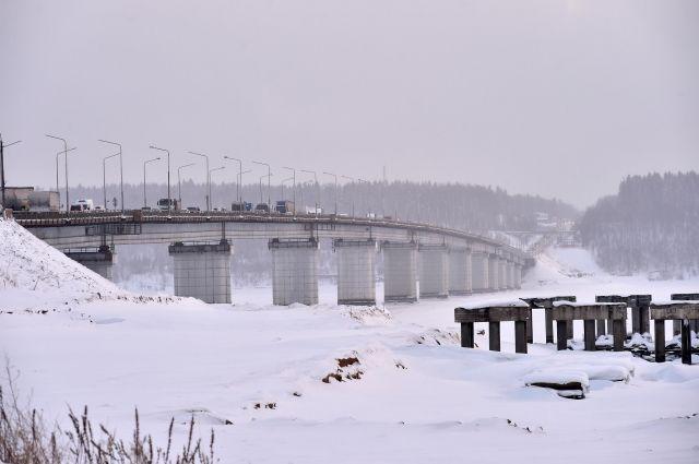 В 2019 году строители должны возвести восемь опор моста из 14 в русловой части реки Чусовой.