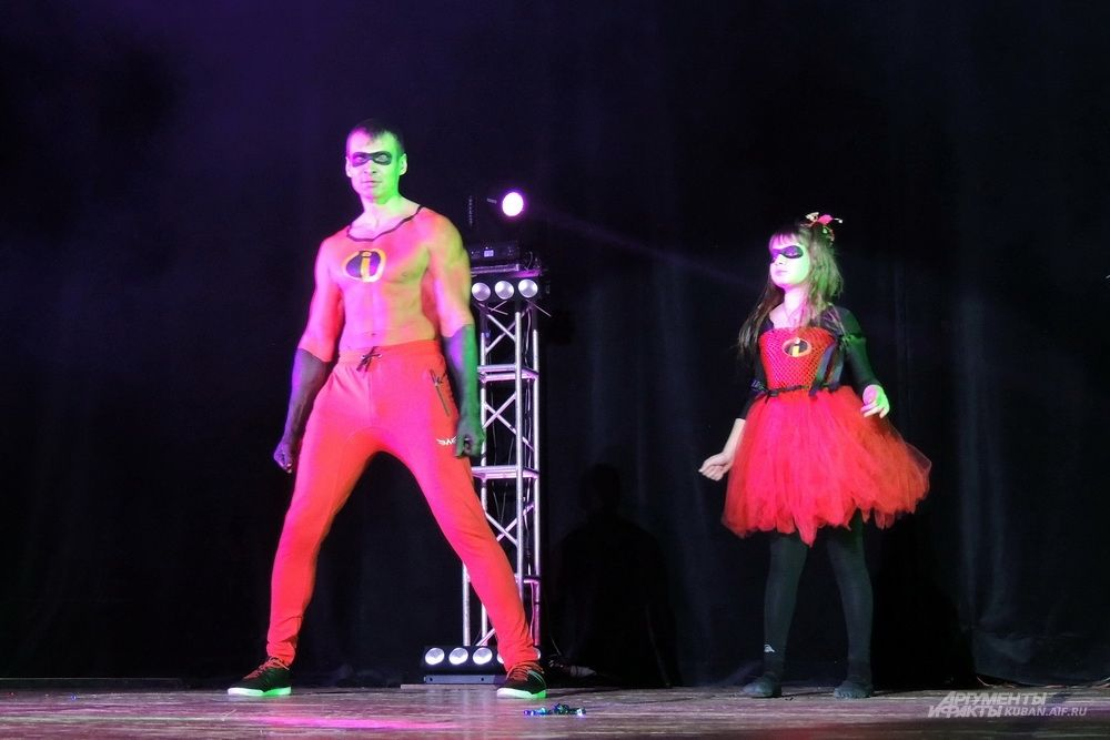 Антон Ярошенко и его дочь показали сценку по мотивам мультфильма «Суперсемейка».