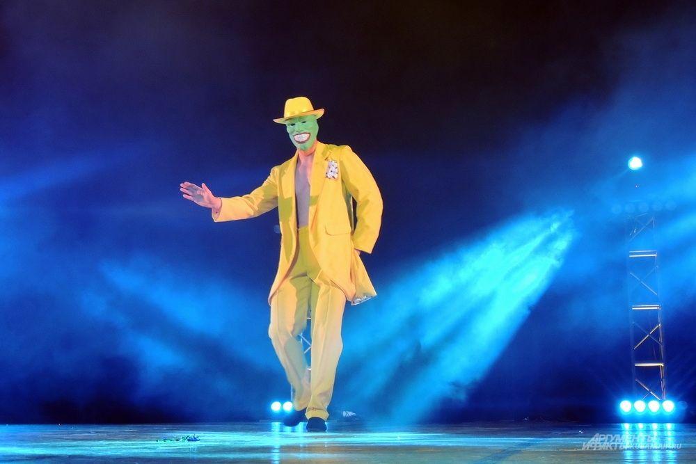 Михаил Лебедев исполняет танец главного героя фильма «Маска».