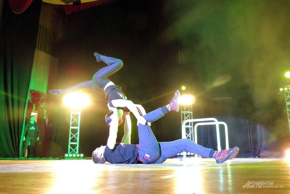 Фитнес-шоу началось с выступления краснодарских мастеров воркаута.