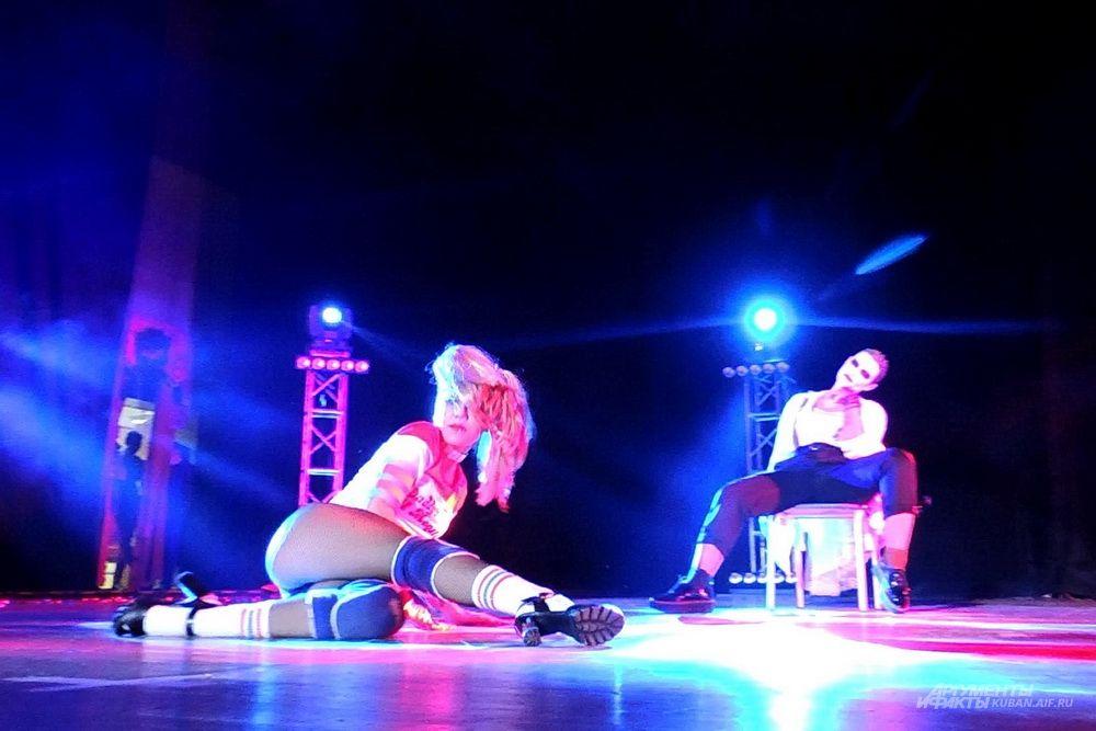 На сцене Виктория Соль в образе суперзлодейки из комиксов Харли Квинн.