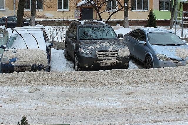 В лучшем случае УК очищают трактором проезжую часть, а как выбираться с парковки — забота самих автолюбителей.