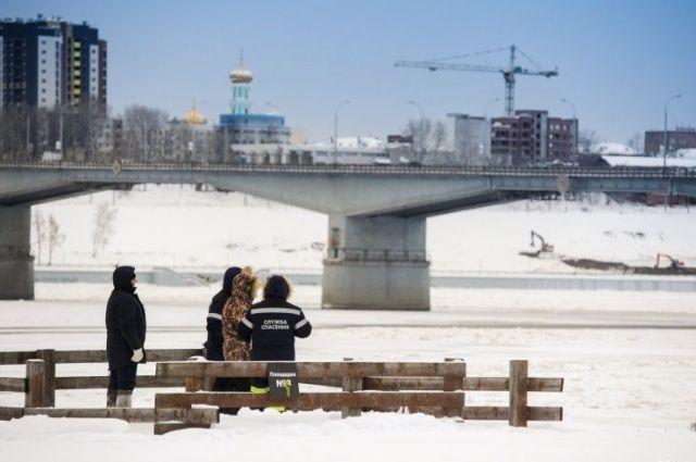 Для буксировки плавсредств из Заостровского грузового района порта Пермь к «каравану» прибыл буксир-толкач «Шлюзовой».