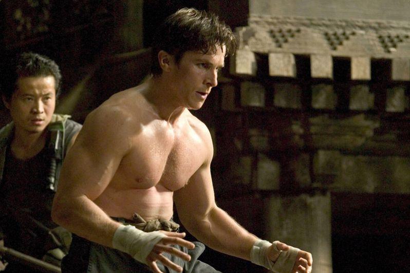 После этого в течение полугода он набрал 45 кг, чтобы сыграть Бэтмена в одноименном фильме. 2005 год.