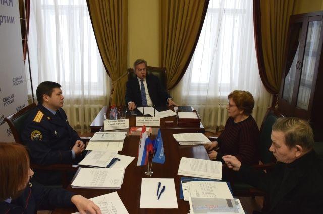 На приёме жители Усть-Качки передали коллективные обращения Алексею Пушкову и Сергею Сарапульцеву.