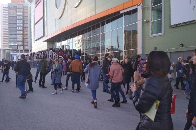 В течение пятнидцати минут поступили сообщения об эвакуации школы № 102, ТЦ Лента на Героев Хасана, универсама Семья на ул. Борчанинова.