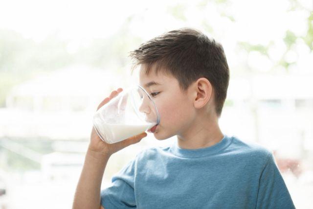 Рынок молока наводнен фальсификатом: эксперты о том, как отличить подделку