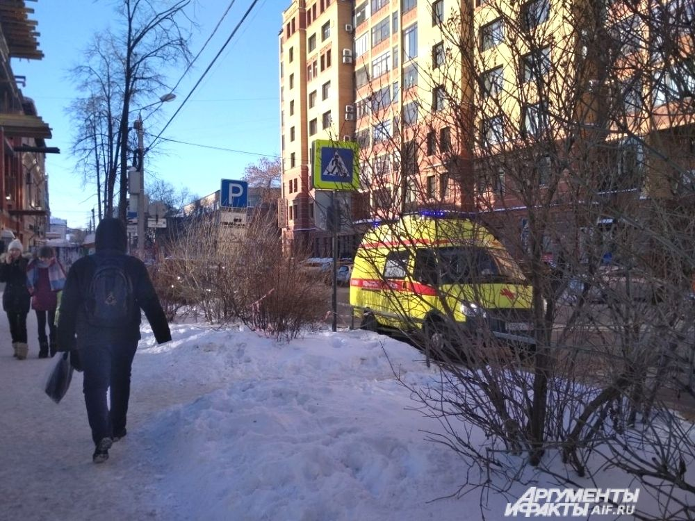Возле всех эвакуированных объектов дежурили кареты скорой помощи.