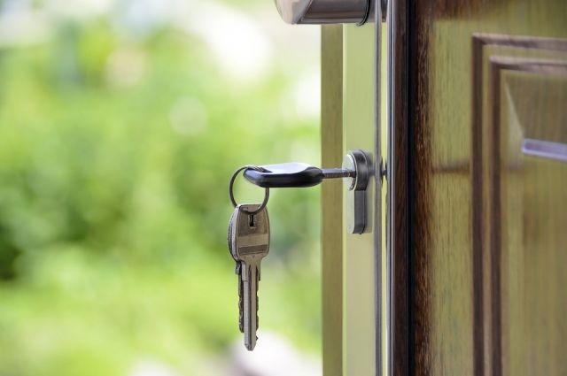 Подросток воспользовалась дубликатом ключа от входной двери квартиры и незаконно проникла в жилище.