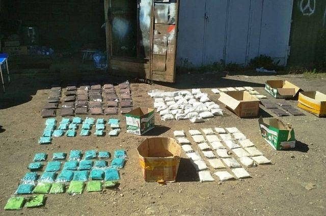 Большую часть наркотиков подозреваемые хранили в гараже.