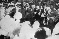 Император Николай II с дочерьми Ольгой Николаевной и Татьяной Николаевной идут среди воспитаниц «Попечительства императорского человеколюбивого общества для сбора пожертвований на ремесленное образование бедных детей». 1911 г.
