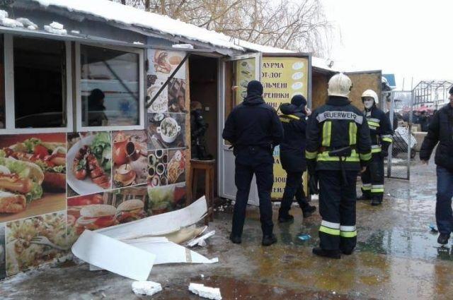 В Ровно на территории рынка произошел взрыв в торговом киоске по продаже шаурмы, в результате чего травмированы два человека.