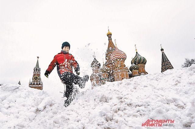 Небывалый снегопад в Москве не парализовал движение: пригородные электрички следовали без отклонений от расписания, а наземный городской транспорт работал согласно графику без сбоев.