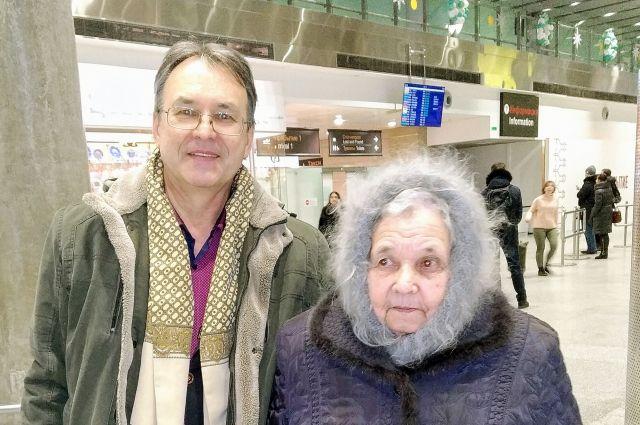Тамара Баженова с сыном в аэропорту «Пулково».