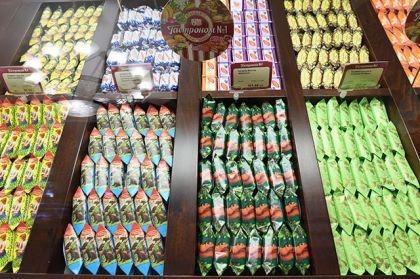 Конфеты в кондитерском отделе гастронома № 1 в Главном универсальном магазине (ГУМе) Москвы.