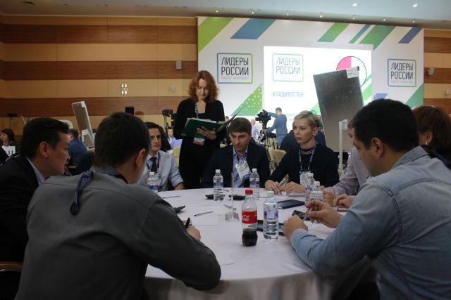 Будущие руководители собрались за круглым столом.