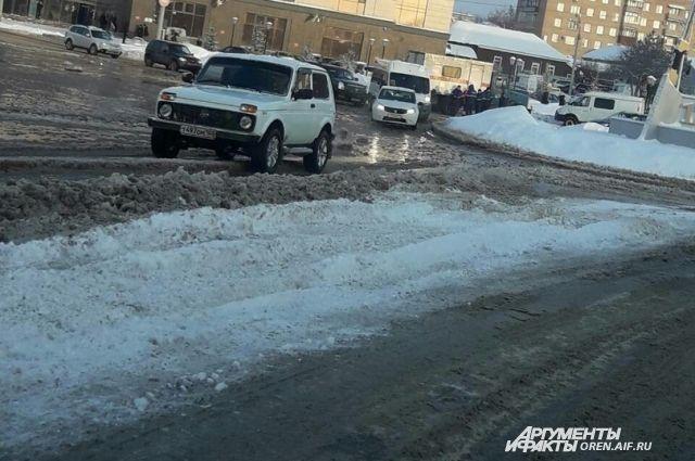 В Оренбурге устраняется коммунальная авария.