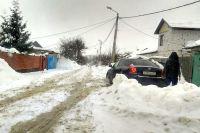 Нерасчищенные дороги в частном секторе – картина типичная.