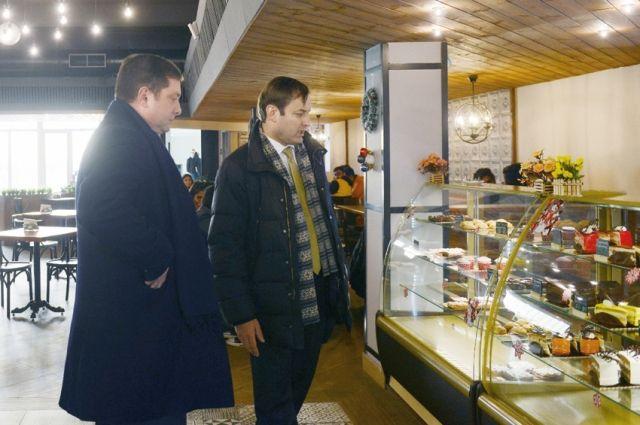Ректор Роман Козлов (справа) показал губернатору студенческую столовую. Ее ассортимент не уступает современным городским кафе.