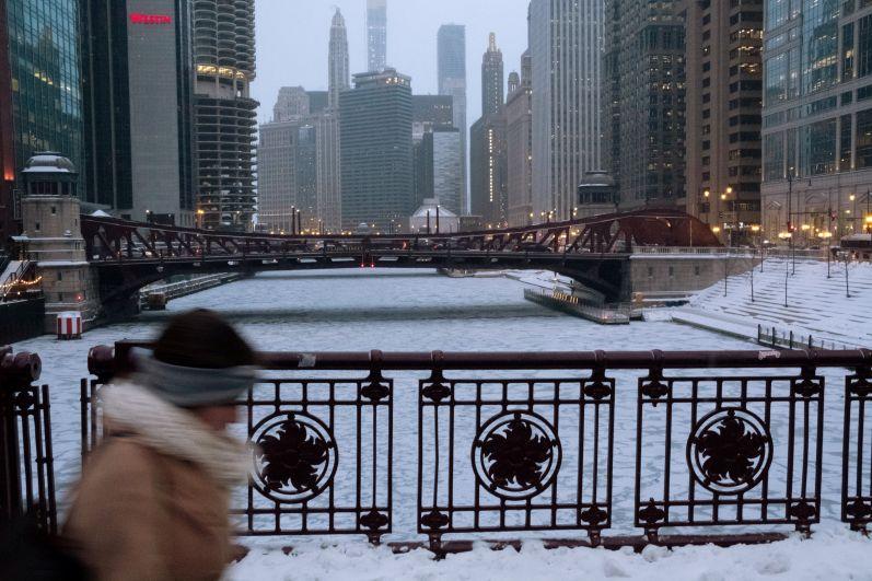 Пешеходный мост через замерзшую реку Чикаго.