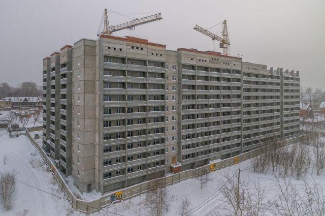 Новостройка расположена в районе КамГЭС. В доме будет пять подъездов на 325 квартир.