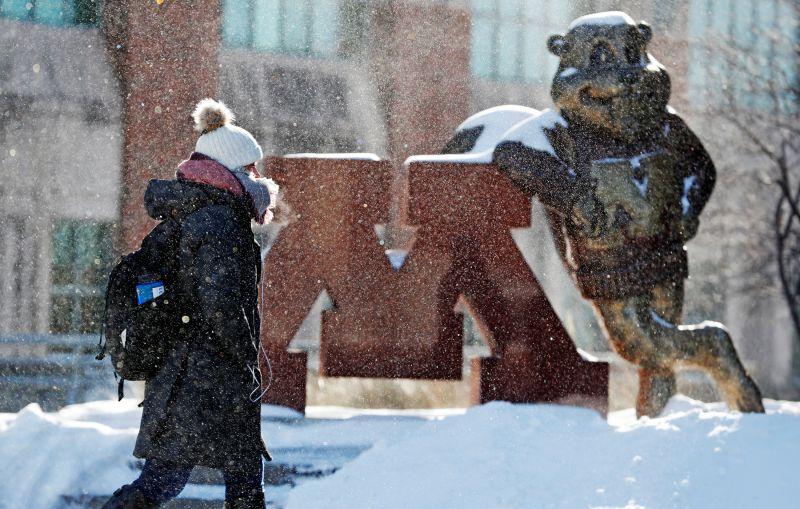 Студент университета Миннесоты в Миннеаполисе в холодный день.