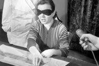 Роза Кулешова, которая якобы обладала способностью «видеть» кончиками пальцев, во время эксперимента, 1963 г.