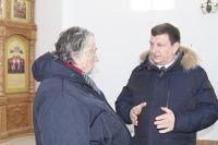 Писатель  А. Проханов (слева) беседует с Игорем Ляховым (справа).