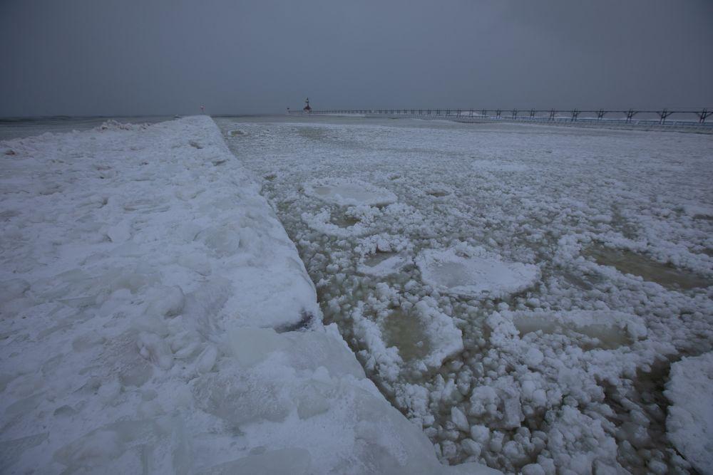 Замерзшее озеро Мичиган в округе Сент-Джозеф штата Мичиган.