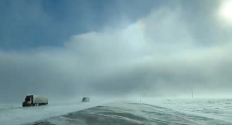Грузовики на трассе во время сильного снегопада, Фарго, Северная Дакота.