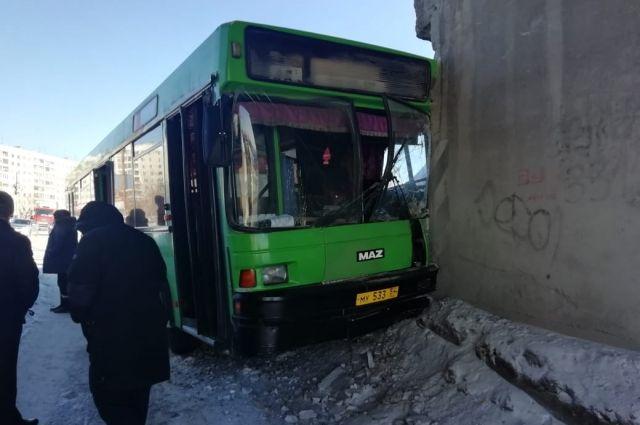 Автобус не вписался в тоннель.