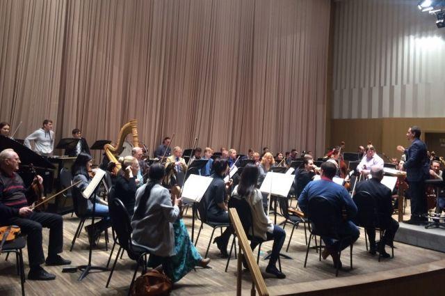 Музыканты готовятся к концертам.