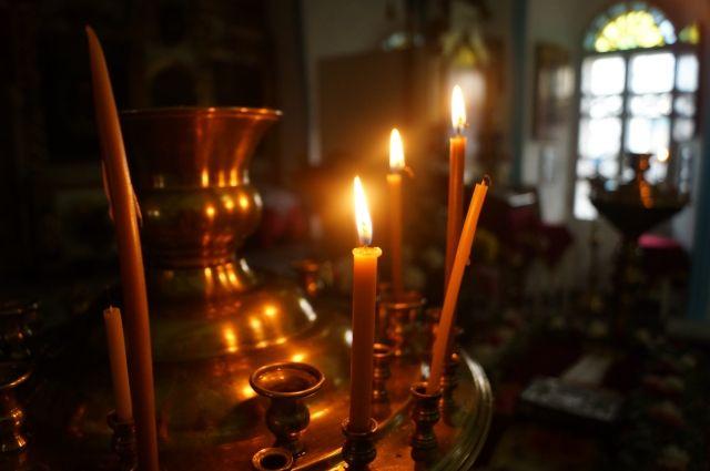 В Оренбурге женщина похитила в храме сумку с деньгами.