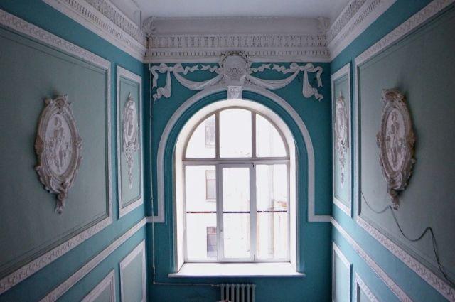 Парадные старинных домов в Петербурге похожи на музейные залы.