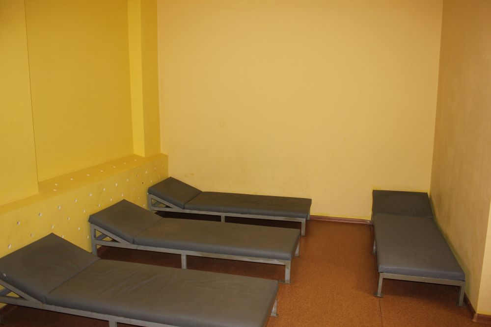 В комнатах пребывания всё сделано для безопасности. Очень низкие кровати, прикрученные к полу, мягкие матрацы и линолеум, чтобы пьяные не травмировались при падении.