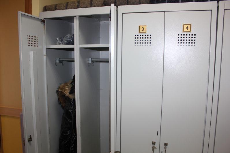 Личные вещи посетителей центра хранят в индивидуальных шкафчиках.