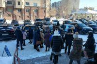Люди выходят из здания бизнес-центра после пожарной тревоги.