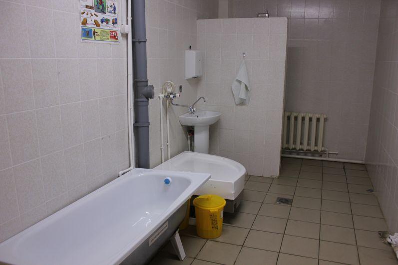 Условия напоминают хостел, только очень скромный – без постельных принадлежностей, телевизора и завтраков. Есть ванная, чтобы помыться. Для бомжей своя комната, чтобы они не пересекались с приличными людьми.
