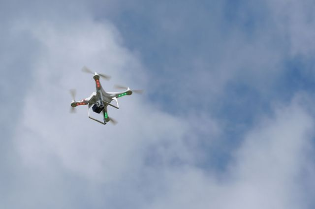 По правилам владелец дрона обязан был согласовать план полёта и получить разрешение. Также необходимо было получить разрешение от местных властей на самоуправляемый полёт, чего он также не сделал
