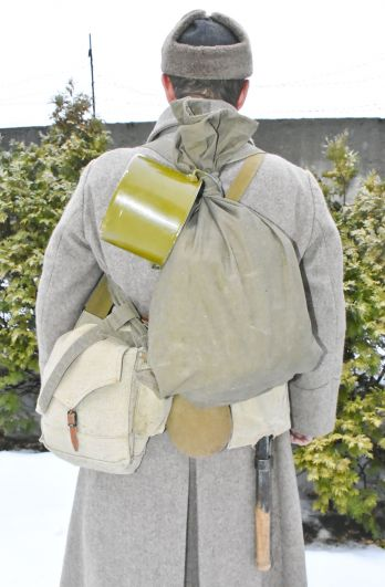 Советские солдаты носили необходимые им принадлежности не только в вещмешке, а еще в специальной сумке. Лопатку вообще пристегивали к поясу.