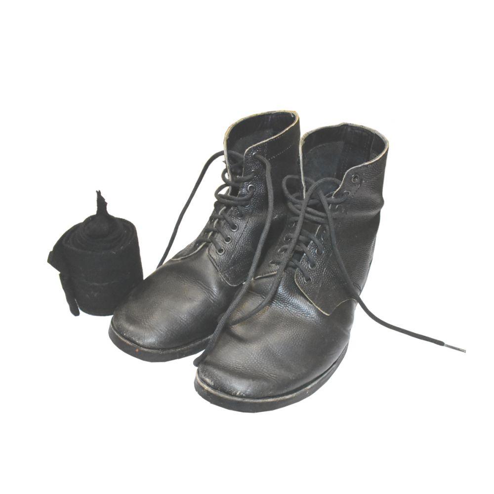 Валенки у советских солдат были редкостью. Как правило, они ходили в кожаных ботинках.