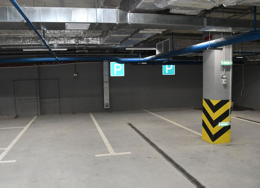 Под зданием теперь есть парковка на 15 машин.