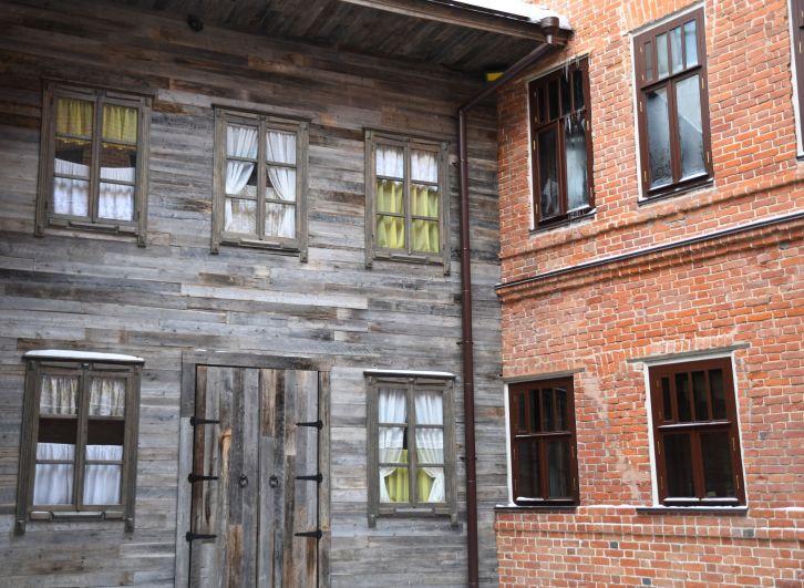 Наиболее интересная часть здания – это внутренний дворик, декорированный под старинные деревянные дома. На стенах дворика гости могут увидеть стилизованные под старину окна, а летом послушать произведения в исполнении известного российского баса.