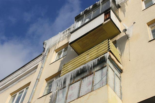 Сосульки на остеклённом балконе - проблема владельца квартиры.