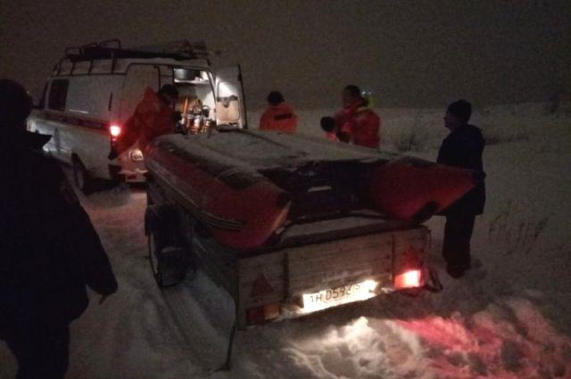 Сотрудники службы спасения смогли добраться до рыбака на надувной лодке.